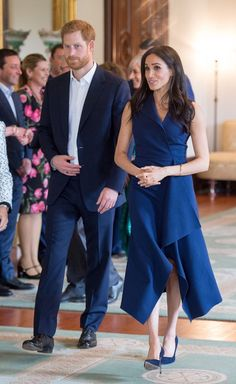 Prince Harry and Meghan Markle, Duchess of Sussex, in Australia 2018 Meghan Markle Stil, Meghan Markle Dress, Meghan Markle Outfits, Meghan Markle Fashion, Navy Dress Outfits, Navy Blue Dresses, Casual Dresses, Shoes With Navy Dress, Navy Blue Dress Casual