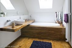 Aranżacja łazienki na poddaszu - wanna pod skosem