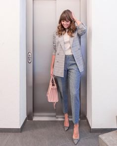 """When it's not as freezing as it is in Switzerland right now, this is one of my """"go-to"""" styles for the office. Who else feels that stiff… Grey Pants Outfit, Blazer Outfits Casual, Workwear Brands, Conference Outfit, Work Wardrobe, Dress Codes, Dress To Impress, Work Wear, Dresses For Work"""