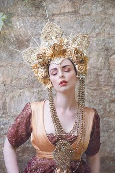 *The Sunburst Headdress*. its made from luxurious golden silk and lace, adorned with glitter and flowers // headdress character top Hippie Look, Dress Dior, Mode Russe, Costume Original, Glamour, Circlet, Tiaras And Crowns, Gold Flowers, Headgear