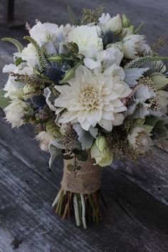 White dahlia, blue thistle, white Veronica, seeded eucalyptus and dusty miller bouquet. Med rosa och vinrött iställe för blå