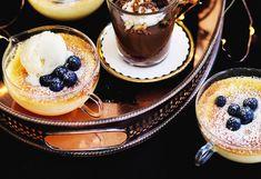 Zitronenkuchen mit Vanilleeis und Heidelbeeren
