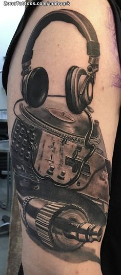 Tatuaje de mahoark Música, Auriculares, Cover Up En ZonaTattoos, tu web de tatuajes Hip Hop Tattoo, Dj Tattoo, Rune Tattoo, Music Tattoo Designs, Music Tattoos, Body Art Tattoos, Sleeve Tattoos, Weird Tattoos, Tattoos For Guys