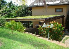O Ecotelhado é um jardim suspenso, também conhecido como telhado verde. Esse tipo de cobertura vegetal pode ser instalada tanto em cobertura de prédios ou sobre telhados convencionais.    Entre suas vantagens, estão: aumento da biodiversidade; redução da velocidade de escoamento da água da chuva (telhado); aumento da retenção da água da chuva na fonte (drenagem urbana); limpeza da água pluvial, contribuindo para redução da poluição; diminuição da temperatura do micro e macro ambiente…