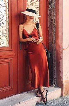 A seda e o decote em V do vestido deixam o visual mais sensual, sem ser vulgar.