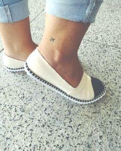 45 Inspirational Travel Tattoos That Are Beyond Perfect - TattooBlend - Tiny plane tattoo on ankle via Gula de Viagem - Hawaiianisches Tattoo, Tatoo Henna, Shape Tattoo, Get A Tattoo, Tattoo Quotes, Trendy Tattoos, Mini Tattoos, Foot Tattoos, Small Tattoos