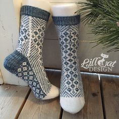 Free - pretty shaping of the pattern bands and back of heel/leg. Ravelry: Woodruff pattern by General Hogbuffermias hemmaliv: Hur stickar man hälen? Crochet Socks, Knitted Slippers, Wool Socks, Knit Mittens, Knitting Socks, Baby Knitting, Knit Crochet, Crochet Pattern, Norwegian Knitting