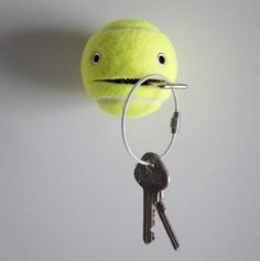 Tennis Ball as a key Holder. A genius idea to DIY a functional, funny and adorable key holder with a tennis ball. See the tutorial Wall Key Holder, Key Holders, Letter Holder, Diy Gifts For Boyfriend, Diy Home Decor, Diy Projects, Cool Stuff, How To Make, Keys