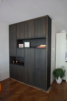 Kasten op maat en trends | Blog NL Wall Cupboards, Bedroom Cupboards, Modern Closet, Modern Bedroom, First Apartment Decorating, Cupboard Design, Home Office Decor, Cheap Home Decor, Home Decor Inspiration