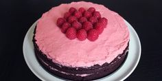 Intens og blød chokoladekage med den lækreste hindbærcreme.