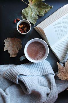 Varm kakao kan fikse de fleste problemer, og denne helenede af slagsen med bl.a mandelmælk, ingefær, gurkemeje, kanel og chili er perfekt til formålet!