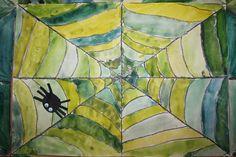 Paperin jakaminen osiin (ensin kulmasta kulmaan, sitten reunasta reunaan keskipisteen kautta, sitten viivioja yhdistellen). maalataan keltaiset, sitten siniset, sitten sin+keltaisien yhditelmä, eli vihreät. Hämähäkki erikseen. Art For Kids, Projects To Try, Colours, Watercolor, Quilts, Halloween, School, Paper, Painting
