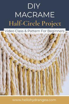 love this pretty half circle wallhanging DIY idea. Macrame Wall Hanging Diy, Macrame Art, Macrame Design, Macrame Projects, Macrame Knots, Micro Macrame, Chevron Friendship Bracelets, Friendship Bracelets Tutorial, Bracelet Tutorial