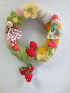 Großer Filzkranz...bestrückt mit einem Erdbeermädchen...Erdbeerjunge....Erdbeeren,Filzblüten.