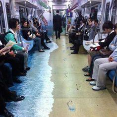"""Acción en los vagones del metro de Seúl. El anunciante no es un destino vacacional sino una marca de zapatillas deportivas cuyo clain es """"Como si estuvieses caminando descalzo""""."""