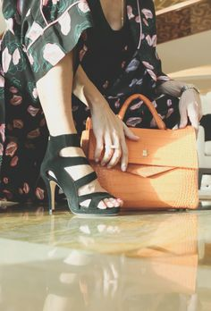 ♥︎ Muotikuiskaaja ja Sargossan upeat korkokengät Louis Vuitton Neverfull, Tote Bag, Woman, Bags, Shoes, Fashion, Handbags, Moda, Louis Vuitton Neverfull Damier