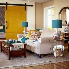 Fiquei apaixonada por esta porta amarela <3