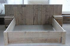 Steigerhouten bed met achterwand en twee bijpassende nachtkastjes. Gemaakt en gefotografeerd door Leen de Ruiter