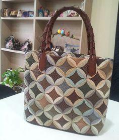 성당창문가방 Hexagon Patchwork, Hexagon Quilt, Patchwork Bags, Quilted Bag, Japanese Bag, Quilting, Fabric Tote Bags, Fabric Origami, Denim Bag