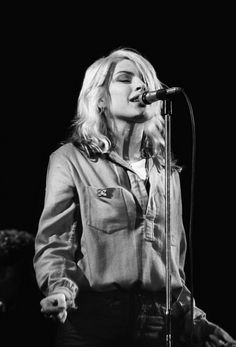 Great shot of Debbie Harry just being cool and laid back. See how pretty she looks without the shiny clothes and the disco makeup? I love Blondie, and I know exactly which song I am going to post for them (and I bet you do, too). Blondie Debbie Harry, Debbie Harry Style, Grunge, Pop Rock, Stevie Ray Vaughan, Joan Jett, Rockn Roll, Nostalgia, Blues