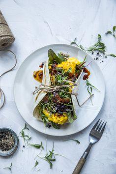 Eggerøre er sykt godt - enten det er til frokost, lunsj, middag eller en snack på kvelden. Her har eggerøren fått følge av tortillalefser, glasert bacon og en deilig dressing med asiatiske smaker. Nam!