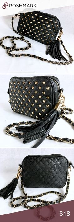 FOREVER 21 Black Crossbody Gold Chain & Hardware This bag is in like new condition. It has a 50 inch cross body strap that is detachable.  This purse can be used as a clutch. Forever 21 Bags Crossbody Bags