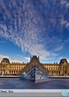 O Museu do Louvre está instalado no Palácio do Louvre, em Paris, e é um dos maiores e mais famosos museus do mundo. Localizado no centro Paris, o Louvre abriga uma das maiores obras de arte do mundo: a Monalisa.