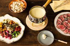 O fondue de queijo é uma tradicional receita suíça muito querida pelos brasileiros. Além de ser gostosa, ela dá o clima certo para uma reunião descontraída entre amigos.