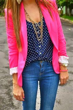Como atualizar a dupla blazer e blusinha? Escolha uma blusa de estampa - as bolinhas nunca saem de moda - e opte por um blazer pink! Arremate com maxicolar!