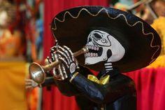 mexicana de origen prehispánico que honra a los difuntos el 2 de noviembre, comienza el 1 de noviembre, y coincide con las celebraciones católicas de Día de los Fieles Difuntos y Todos los Santos.