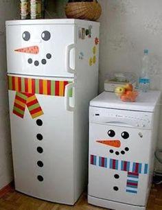 Frigo et lave-linge déguisés en bonhomme de neige pour une déco d'hiver ou pour les Fêtes de Noël.