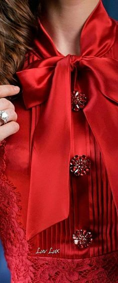 Red Fashion, Colorful Fashion, Womens Fashion, Fashion Tips, Simply Red, Shades Of Red, Fifty Shades, Sophisticated Style, Black Tie