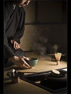 TEa ceremony in a tea house in Japon Pasta Formen, Art Asiatique, Japanese Tea Ceremony, Tea Ceremony Japan, Tea Culture, Turning Japanese, Tea Gifts, Tea Art, Nihon