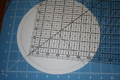 Fold circle in half twice, press to make X, use X to draw square. Quilting Board, Quilting Tools, Quilting Tutorials, Quilting Projects, Diy Projects, Machine Quilting Patterns, Quilt Block Patterns, Quilt Blocks, Cathedral Window Quilts