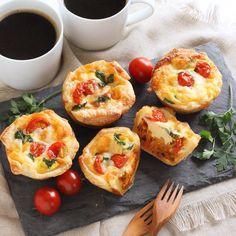 マフィン型で簡単に作れるミニキッシュ底に入っているトマトソースはアマノフーズのフリーズドライパスタ#焼きなすとトマトのクリームパスタ を少なめのお湯で溶いたものです(o) 元々の味が濃厚なので卵液の味付けは塩コショウのみチーズをトッピングして焼くだけ