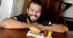 Para Gabriel Prieto, do Holy Burguer de São Paulo, o segredo de um bom hambúrguer está no equilíbrio entre as carnes. Neste passo a passo, ele ensina a fazer o lanche em casa. Clique no MAIS para ver a receita completa