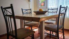 Presentamos nuestra nueva gama de muebles artesanales de palets, en esta ocasión presentamos la mesa de comedor Neuquén, fabricada con un tablero de madera maciza barnizada y tratada con acabados de superficie irregular para conseguir una sensación y aspecto más rústico Dining Bench, Blog, Diy, Furniture, Home Decor, Wood Boards, Rustic Furniture, Solid Wood, Craft Cabinet