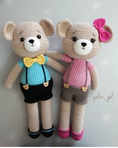 Buenos días🙌 ¿Qué crees que recibe este dúo? A) Amigo b) Abi: hermano c) Abi: . Crochet Teddy, Crochet Bear, Crochet Animals, Crochet Toys Patterns, Amigurumi Patterns, Stuffed Toys Patterns, Crochet Doll Clothes, Crochet Dolls, Teddy Bear Costume