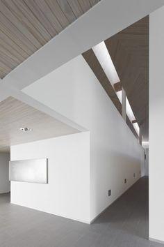 San Alberto Hurtado's Memorial / Undurraga Devés Arquitectos  Beams and ceiling design