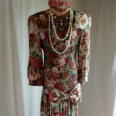 AMAZING VINTAGE 1970-1980 dress. Like new condition and just beautiful. Great FIND!