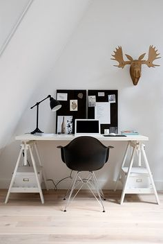 Black and white with the Vitra DAR chair - http://www.pot.nl/wonen/vitra/eetkamerstoelen/dar/