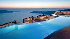 """Grace Santorini∞ Der Pool: himmelblau, glatt wie ein Spiegel. Der Infinity-Pool des Luxushotels """"Grace Santorini"""" ist wie ein feuchter Thron für die Götter auf der griechischen Vulkaninsel. Mit einem Schirmchendrink in der Hand lässt sich der Sonnenuntergang über der berühmten Caldera dekadent genießen. Das kostet ein Bad: Eine Woche im DZ inkl. Flug und Frühstück gibt es ab 1379 Euro"""