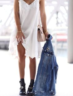 Rock 'n' Roll Style ✯ Robe blanche + boots noires + veste en jean oversize = le…