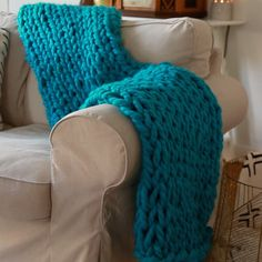 How to hand knit a cozy blanket knitting blanket cozy hyggeHow to make a chunky knit blanket – DIY guide for beginners - InstanalizStep by step guide on how to make a DIY chunky blanket. Cute Crafts, Yarn Crafts, Sewing Crafts, Hand Knit Blanket, Chunky Blanket, Chunky Yarn, Finger Knitting, Arm Knitting, Knitting Videos