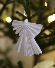 Jag älskar gammaldags julpynt av papper - tänk Fanny och Alexander möter Barnen i Bullerbyn. Förr hade man ju inte råd med så mycket pynt så man fick göra