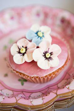 darling daisy cupcake