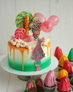 Тортик и капкейки в стиле Троллей. Внутри торта: шоколадный бисквит, шоколадный крем-чиз,классический крем-чиз и фрукты. Капкейки шоколадные, с шоколадной начинкой и целой клубникой. Автор instagram.com/ellina_selezneva