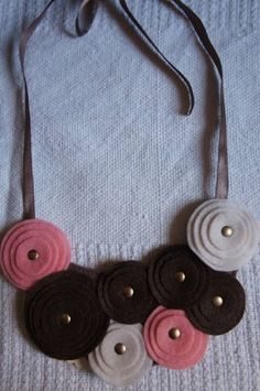 Max colar de feltro com círculos de vários tamanhos, amarrado com fita de cetim e conta ouro velho R$ 23,00