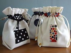 Easy Peasy Pouches (How-to) Sweet little patched and lined drawstring bags (tutorial at maccabags. Drawstring Bag Tutorials, Drawstring Pouch, Lunch Bag Tutorials, Drawstring Bag Pattern, Pochette Portable Couture, Bag Quilt, Fabric Gift Bags, Quilted Bag, Patchwork Bags