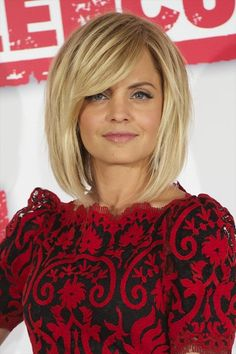 Mena Suvari Medium Straight Cut with Bangs Mena Suvari attended a photocall for 'American Reunion' wearing her hair in a voluminous layered bob with long side-swept bangs.